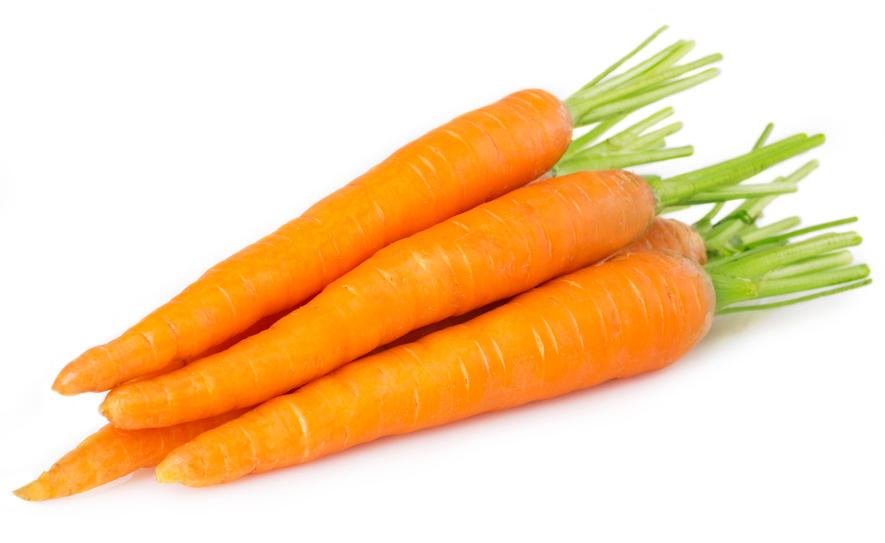Свежая морковь на белом фоне