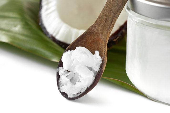 кокосовое масло на деревянной ложке