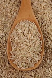 Бурый рис на деревянной ложке
